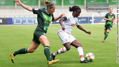 FC Koln & # 39; s Eunice Beckmann (r) evades Wolfsburg & # 39; s Anna Blässe.