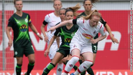 Barrett (front, r) tries to fight off Wolfsburg & # 39; s Joelle Wedemeyer (l).