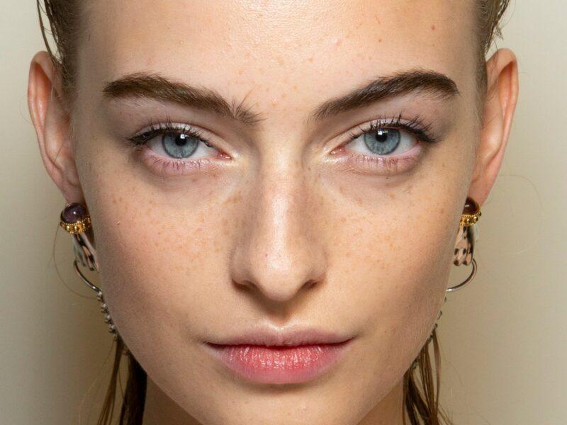 How to put mascara