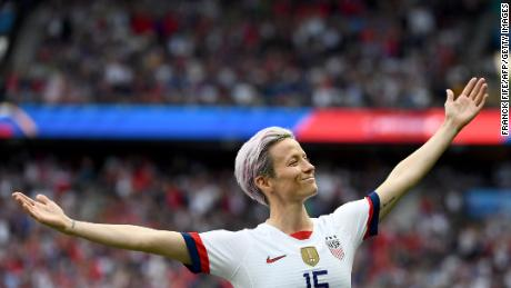 Rapinoe celebrates scoring his team's first goal in the quarterfinal of the 2019 Women's World Cup against France.