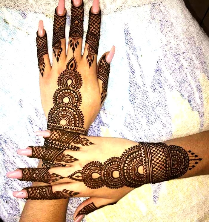 Trendy mehndi for back hand