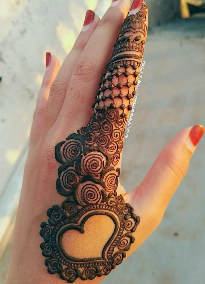 Beautiful arabic design of mehndi finger