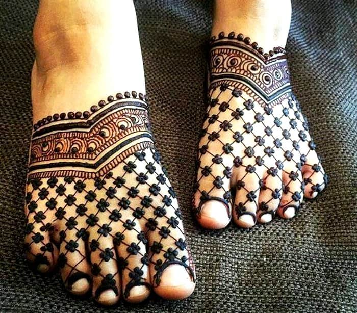 Beautiful checks mehndi design for legs