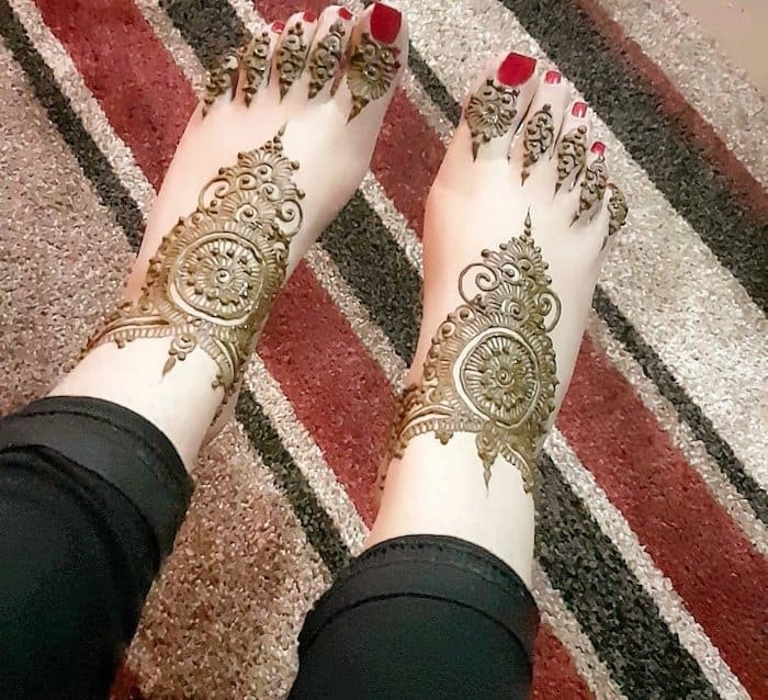 Arabic mehndi art for legs