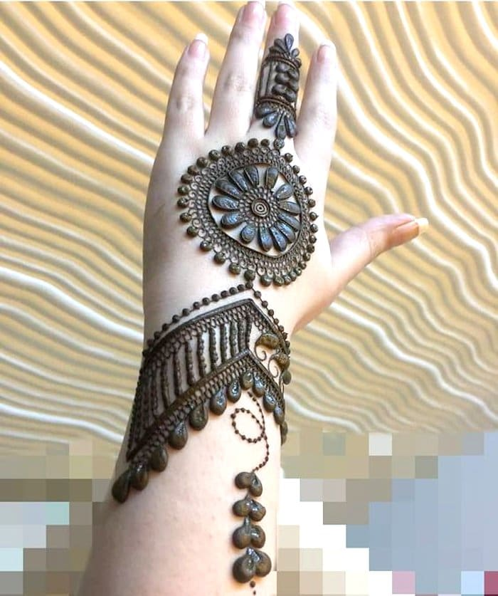 Little heart shaped mehndi design