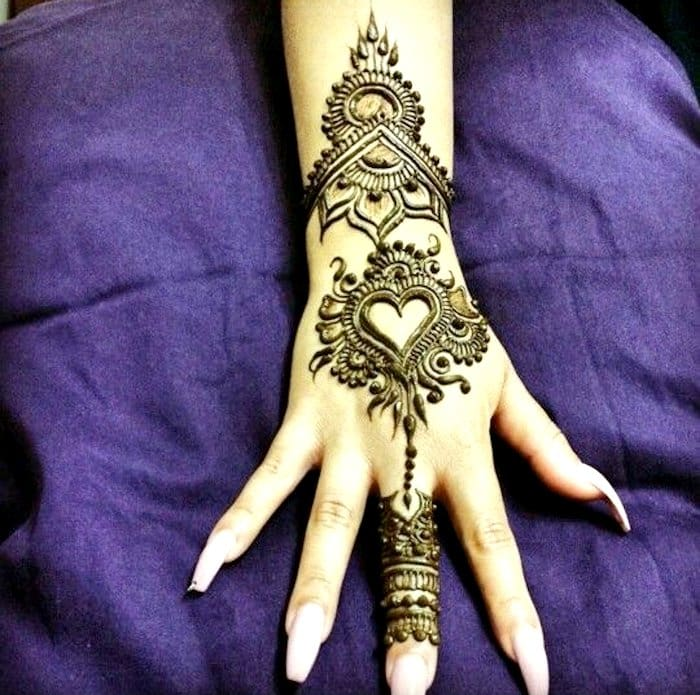 Simple heart shape mehndi pattern