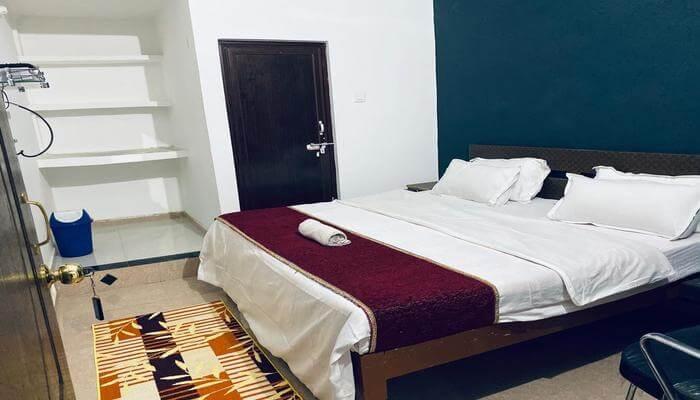 Surendra Palace Hotel room