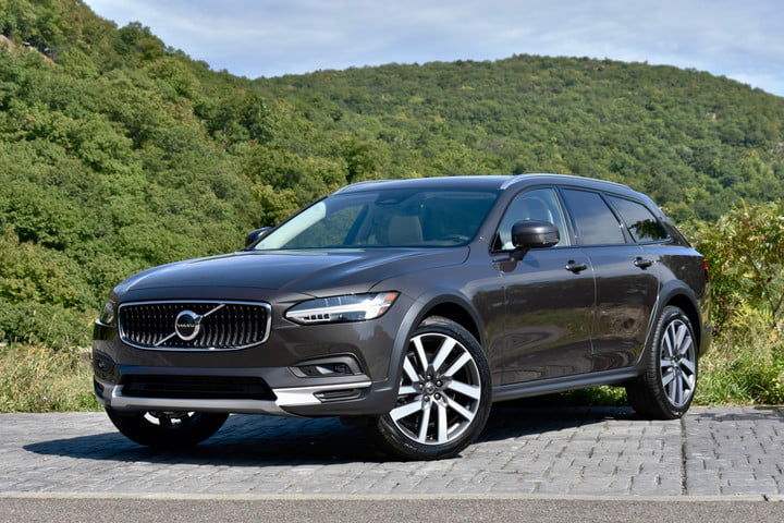 Front three quarter view of the 2022 Volvo V90 Cross Country.